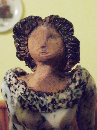 estatua cerámica dama antigua con sombrero