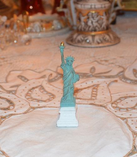 estatua de la libertad en miniatura. new york