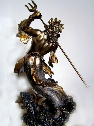estatua inpresionante de poseidon a escala