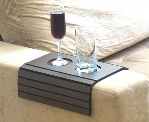 esteira braço sofá porta copo bandeja flexível na cor tabaco