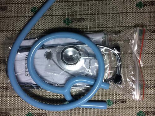 estetoscopio de una manguera azul claro