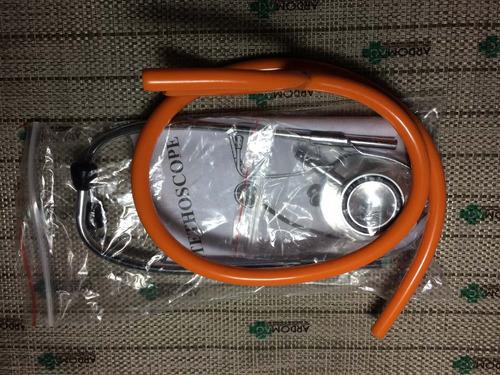 estetoscopio de una manguera naranja