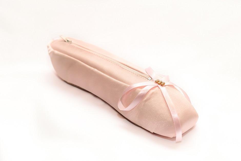 aa03b2bc0e estojo em formato de sapatilha de ballet. Carregando zoom.