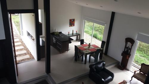 estrene casa en la mesa zona residencial urbana