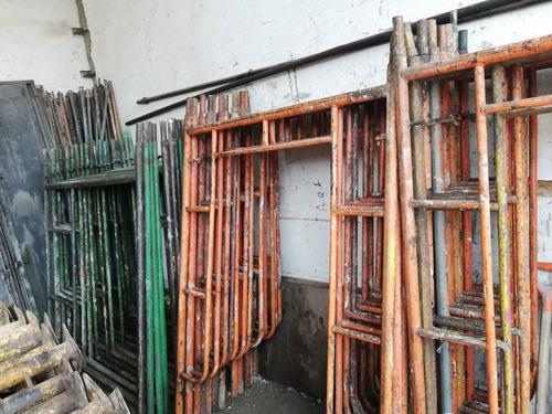 estructura metálica y maquinaria de construcción. encofrados