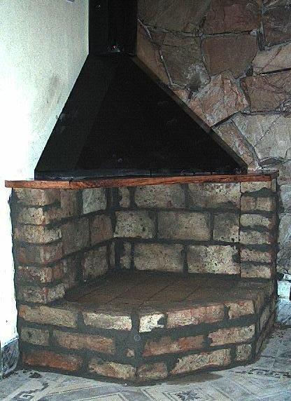 estufa le a campana metal y ladrillos instalada