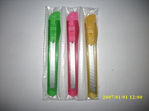 exacto plastico o cuchilla retractil  9 mm ( minimo 3 piezas