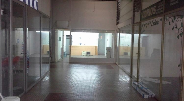 exc. local comercial en galería de 42m2. san isidro centro