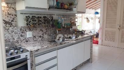 excel. residência  itacoatiara, próxima a praia,sala , copa cozinha integrada à sala, 2 suítes, garagens cobertas - ca0097