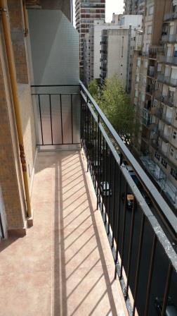 excelente ambiente con balcon a dos cuadras del paseo aldrey