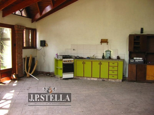 excelente casa 4 ambientes salida a 2 calles - lote 827 m² - 500 m² cubiertos - san justo (centro)