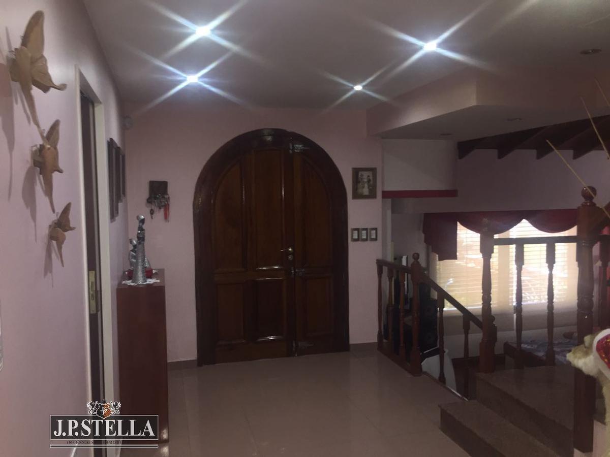 excelente casa 5 amb. c/ garage 5 autos - pileta y quincho - 400 m² cub. - san justo
