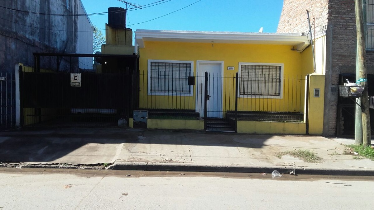excelente casa a 2 cuadras de av. libertador.-