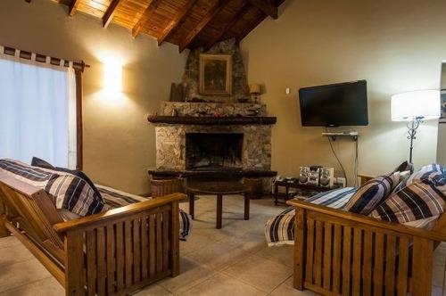 excelente casa - carilo - piscina climatizada - hogar a leña