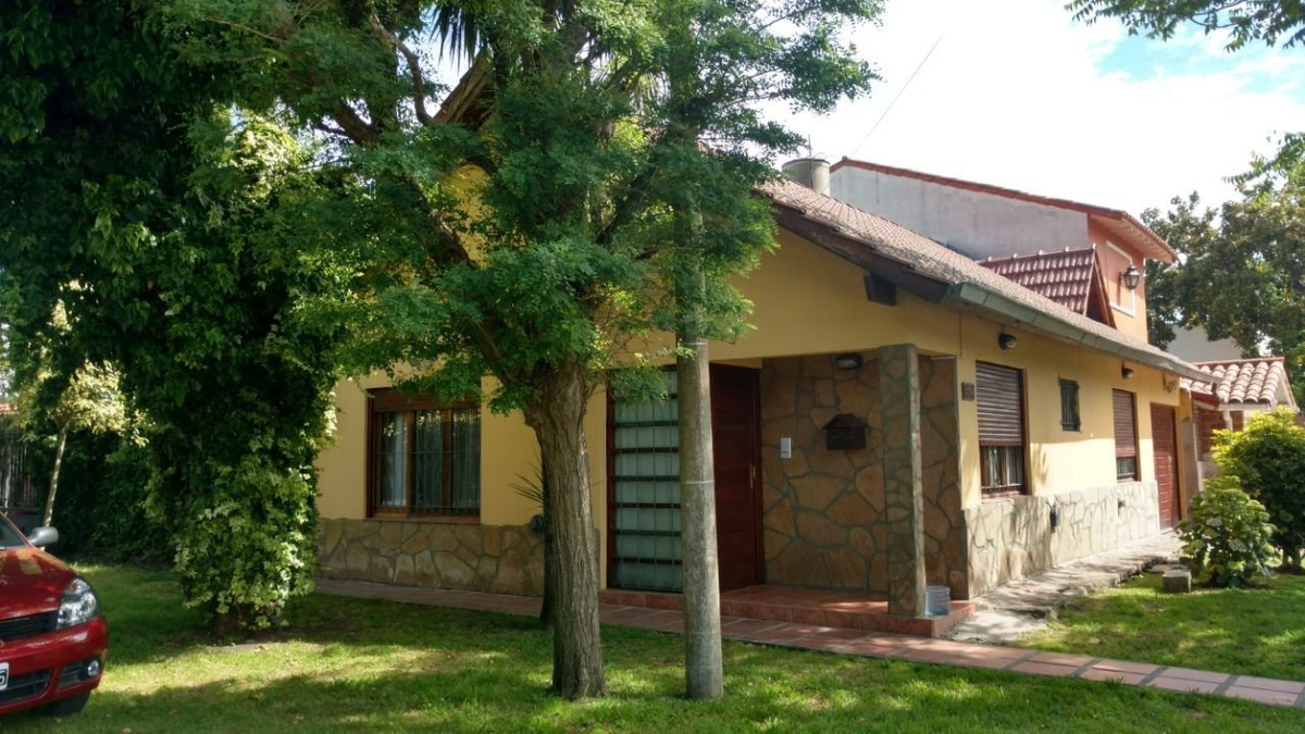 excelente casa - chalet 4 ambientes en constitución en venta! -apta credito