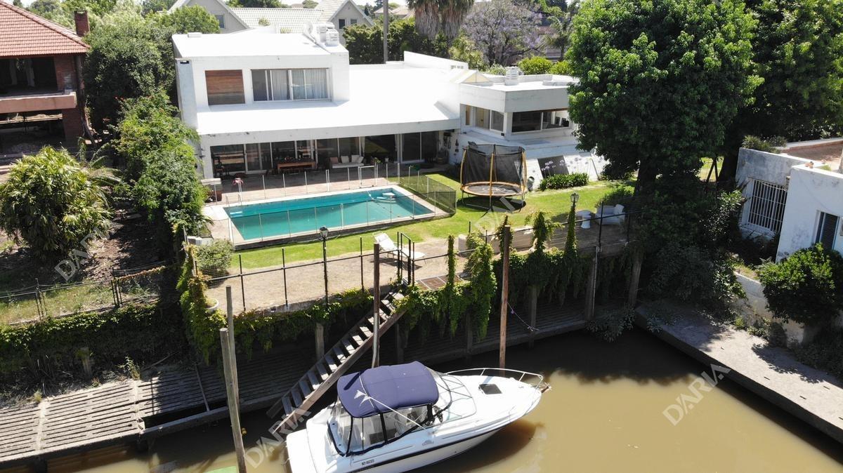 excelente casa con buena distribución, y amarra  de 20mts, en boating club.