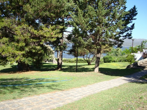 excelente casa con cancha de tenis, pileta y fondo al lago