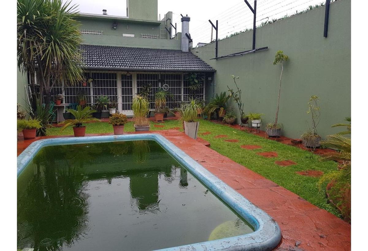 excelente casa con local, garage y fondo libre con piscina