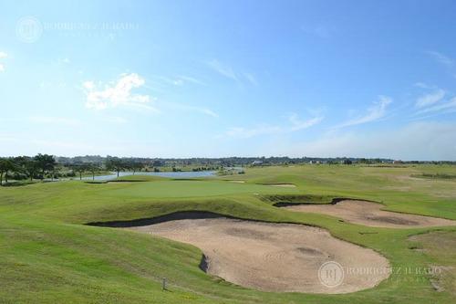 excelente casa de diseño al golf a estrenar en el canton!