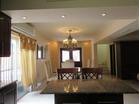 excelente casa de dos niveles equipada, muy bien ubicada en privada con acceso controlado.