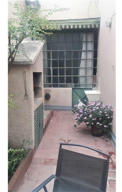 excelente casa de estilo con patio.