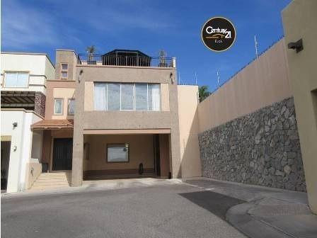 excelente casa de tres niveles con espectacular terraza con vista a la ciudad, ubicada en magnifica