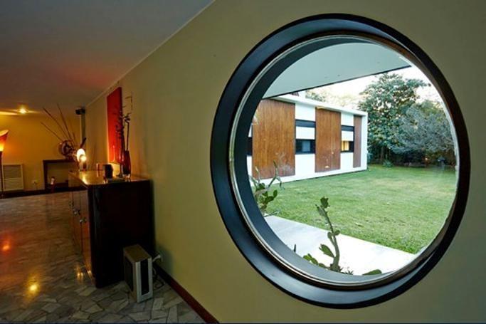 excelente casa diseñada por el arquitecto hirsz rotzait en el corazón de lomas jockey.