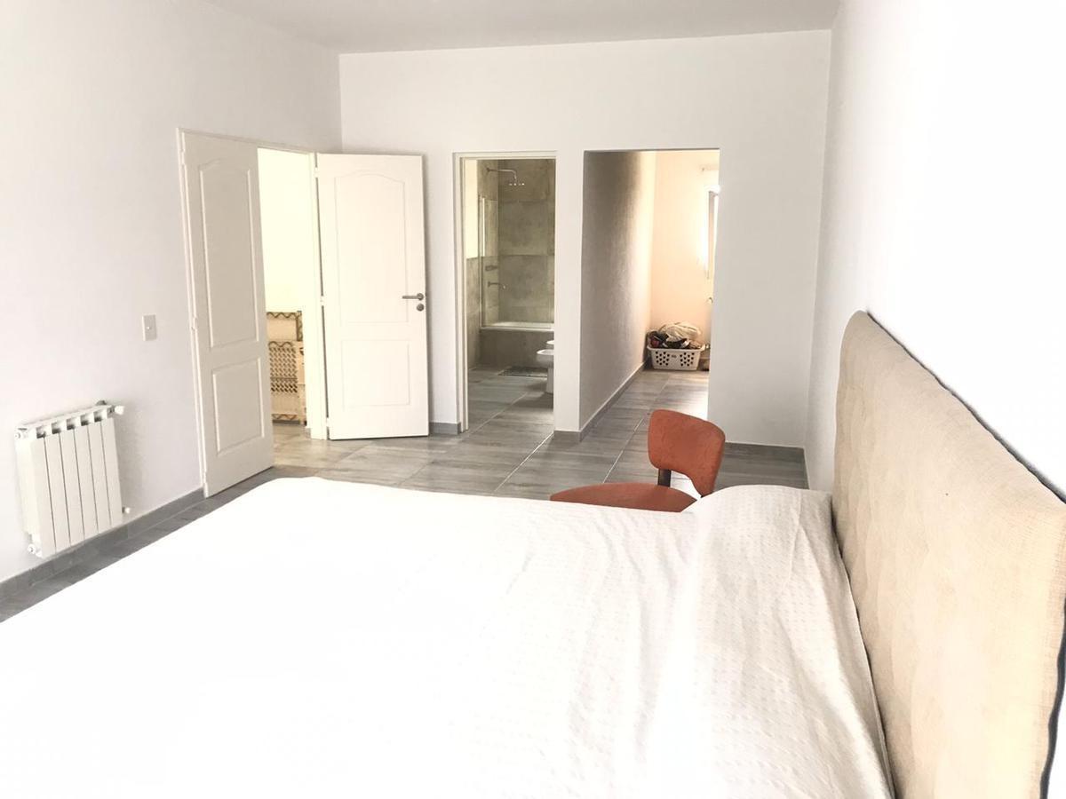 excelente casa en barrio las tipas 3 dormitorios   dep de servicio, galería y piscina.