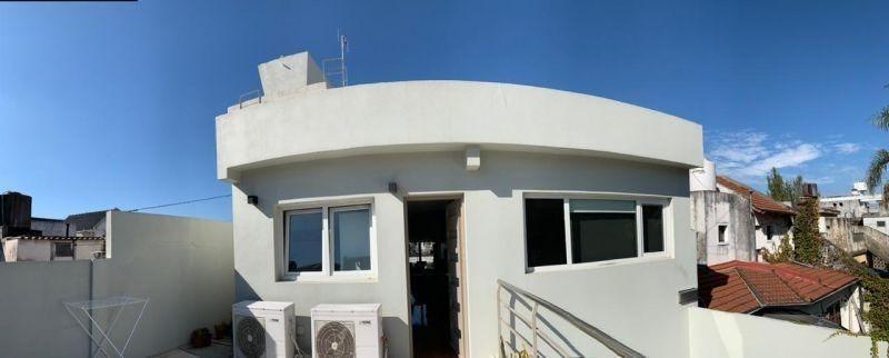 excelente casa  en dos plantas con garage y fondo