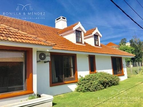 excelente casa en laguna del diario, 4 dormitorios, más de 1000 m2 de terreno, calle tranquila