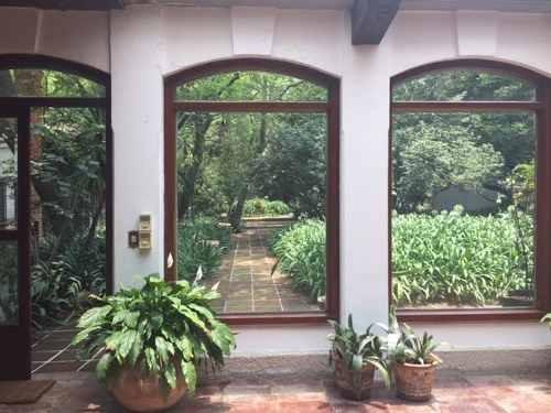excelente casa estilo colonial español, acabados de primera