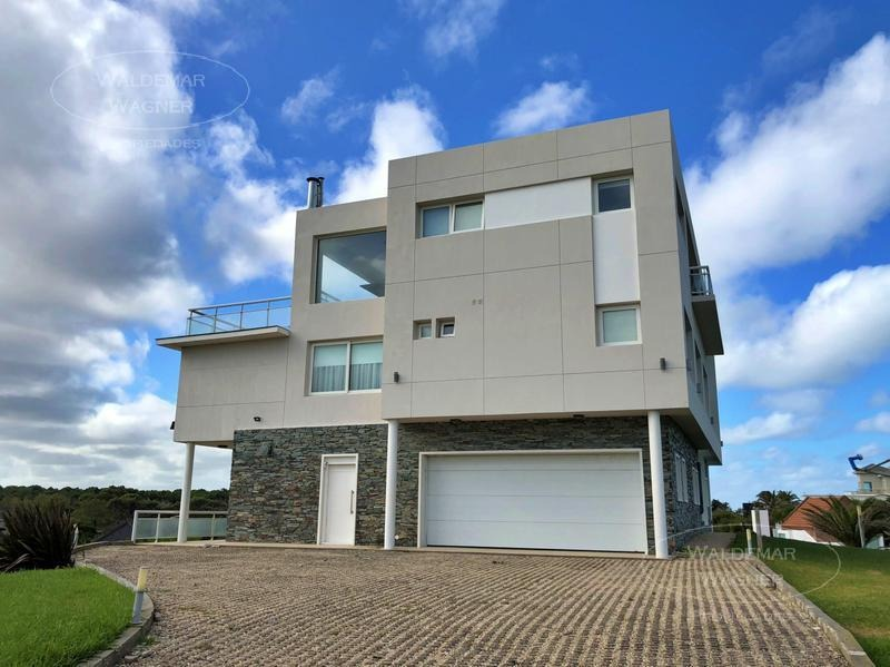 excelente casa estilo racional sobre playa - carilo