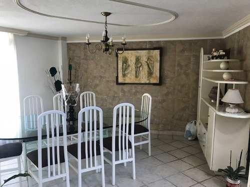 excelente casa muy bien ubicada, amplios espacios