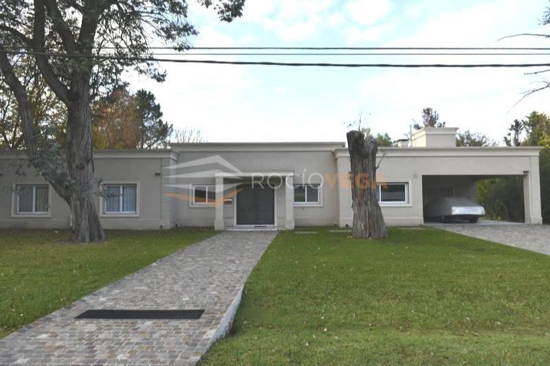 excelente casa racionalista en venta en country zona oeste