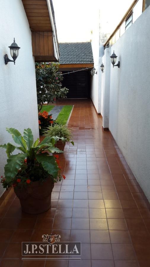 excelente chalet 220 m² cub. frente a 2 calles lote 300 ²  c/cocheras - lomas del mirador