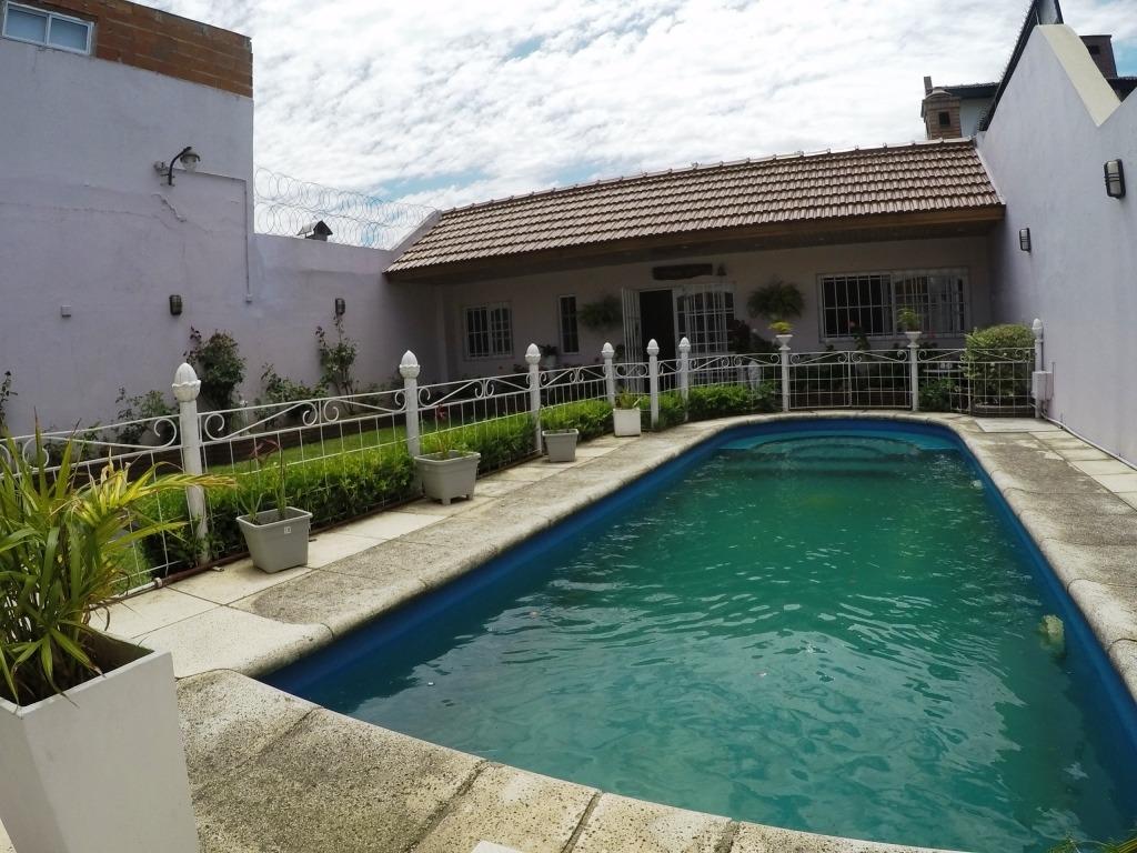 excelente chalet con piscina y quincho en villa insuperable