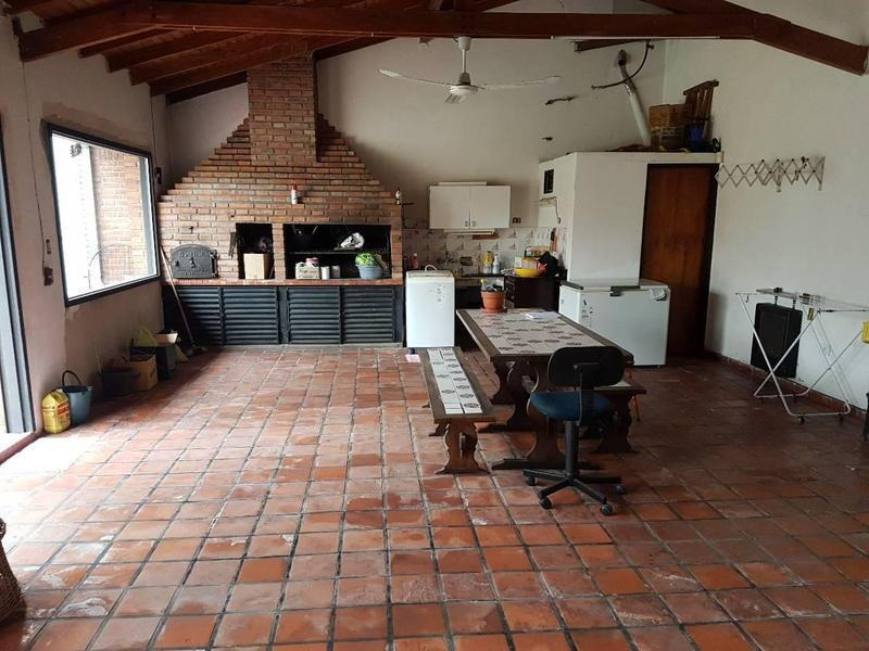 excelente chalet de 4 amb con jardín, pileta, playroom y cochera