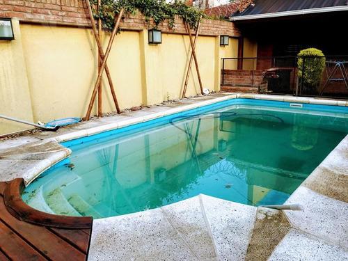 excelente chalet de 4 ambientes con piscina y quincho. detalles de categoría!