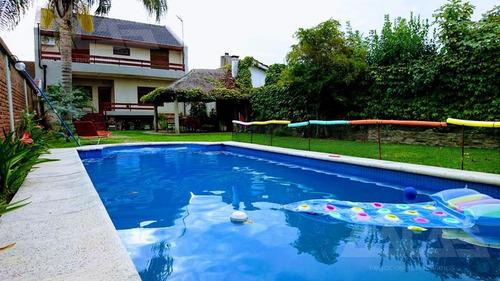 excelente chalet de categoría  de 5 amb con gran parque y piscina