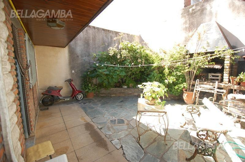 excelente chalet en dos plantas con patio y balcón corrido. zona residencial de martinez.