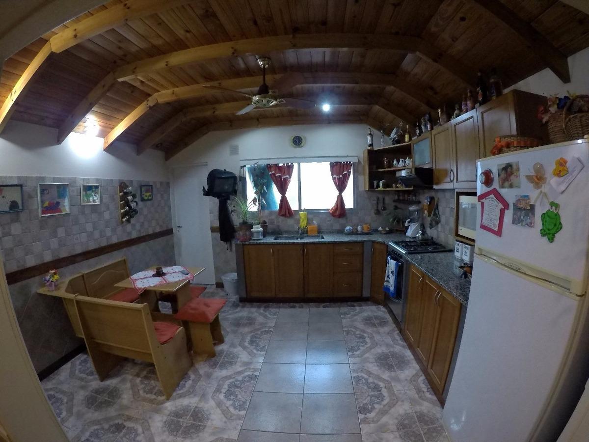 excelente departamento tipo casa en planta alta de 4 ambientes todo hecho a nuevo, tres dormitorios dos baños y terraza propia!!! no paga expensas! f: 7580