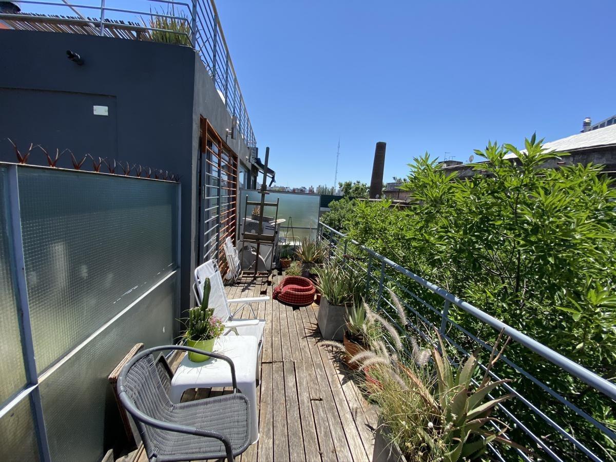 excelente departamento tipo duplex con balcón aterrazado super luminoso.