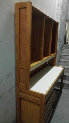 excelente escritorio con luz y estantes