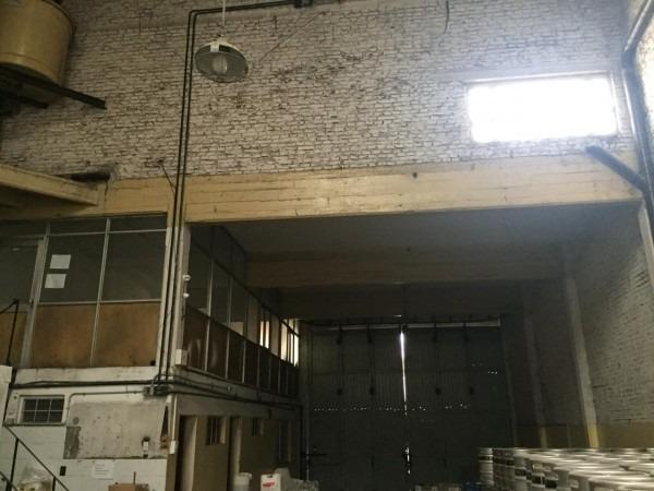excelente galpon en alquiler en avellaneda. con baños, vestuarios y oficinas. 585 m2, apto camiones.