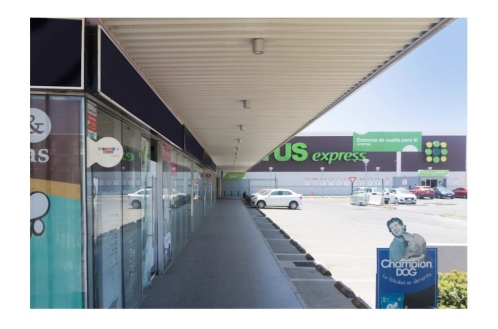 excelente local comercial en strip center  a un costado del supermercado tottus.