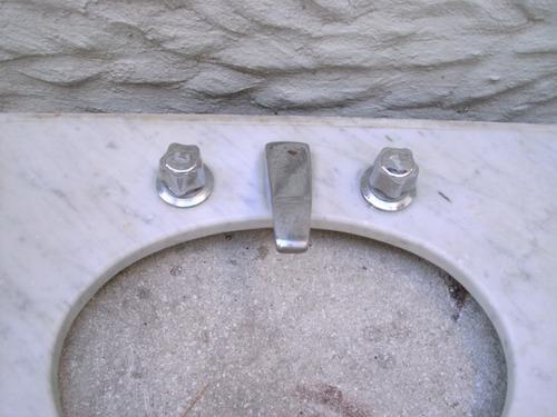 excelente mesada de marmol con griferia sin bacha.para baño