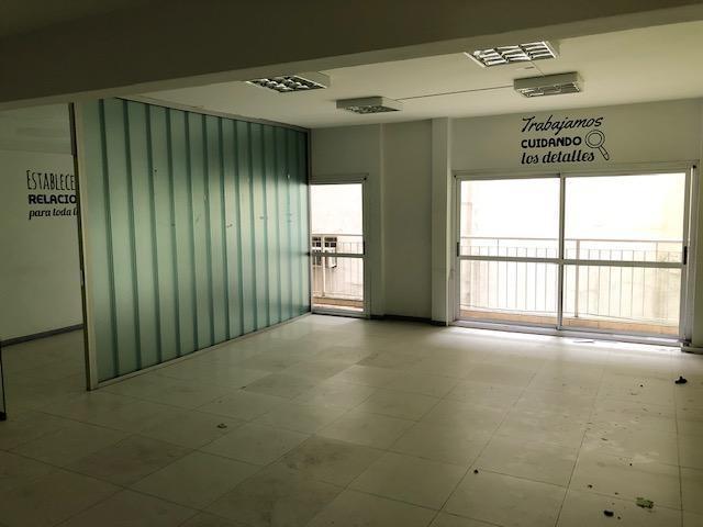 excelente oficina de 140m , 2 despachos y planta libre, 2 baños, equipos de a.a. e iluminación.