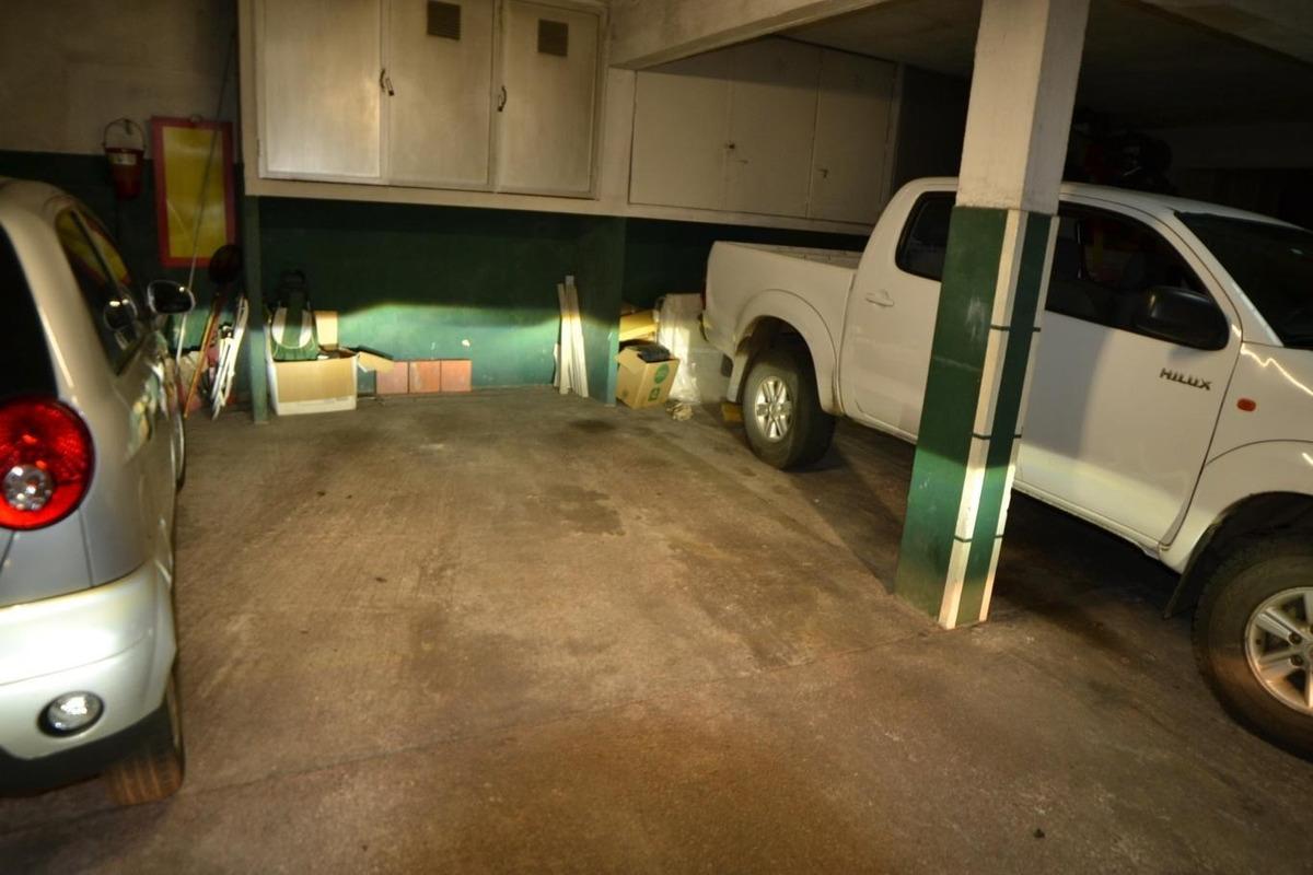 excelente planta de 2 y servicio. amplio garaje y box