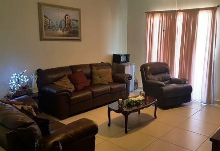 excelente residencia de dos niveles al poniente de la ciudad, ubicada en privada con área común con