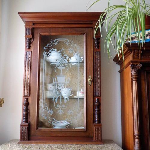excepcional  y antigua vitrina,  cedro, vidrios al ácido